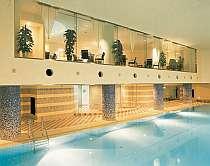 [写真]屋内プールもありリゾート気分満喫できる