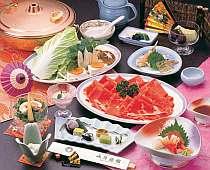 牛しゃぶ食べ放題コースの夕食一例。うどんや豆腐なども食べ放題がうれしい。