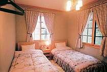 本館のゲストルームは、雰囲気はスタンダードだけど床暖房完備してありますよ。