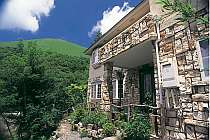 国の天然記念物に指定された、大室山を望む石造りの洋館