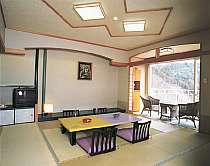 【温泉街側】2号館(本館)和室12畳。最大6名様まで宿泊できます。