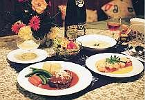 [写真]夕食はボリューム満点のフルコース