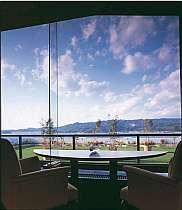 窓の向こうに三河湾、三ヶ根山も一望できるロビーラウンジ