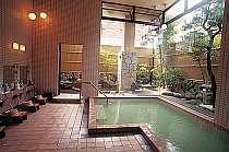 ガラス張りの庭園風呂は露天へと続く