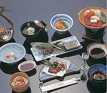 地の食材を活かした四季折々の懐石料理