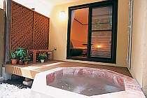 森を望む客室露天風呂