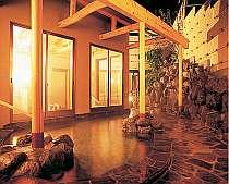 温泉にゆったりと浸って、新しい宿で心地よく過ごす贅沢。