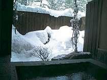 滑った後は雪見の露天風呂で寛げる