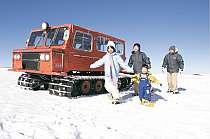 [写真]珍しい雪上車クルーズは人気!
