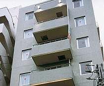 那覇市の繁華街「松山」まで徒歩3分ながら閑静な立地のビジネスホテル