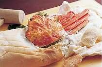 当館の看板料理 名物焼ガニ「かにかまくら」。カニの旨味100%の逸品を是非是非おためしあれ!
