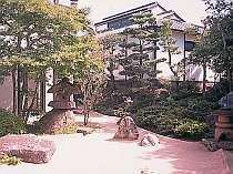 【庭園】二間続きの数奇屋造りの純和風のお部屋から庭園を望む