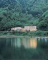 精進湖を望むホテル