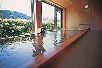 広々とした畳式の展望風呂。浴槽から溢れる湯量が『かけ流し温泉』の証♪