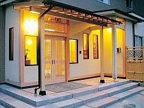 高台に位置し各部屋から絶景松川浦を眺めます。全15室の隠れ家的な宿でごゆっくりお寛ぎ下さいませ・・