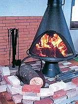ダイニングには暖かな暖炉が