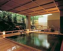 能舞台を模して建てられた女性用露天「室生の湯」。その他7つの豊富な源泉を掛け流しで24時間楽しめます。