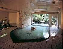 この大きな規模で驚きの放流式天然温泉、湯量が豊富