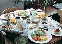 ボリュームが嬉しい朝食 野菜やフルーツたっぷり