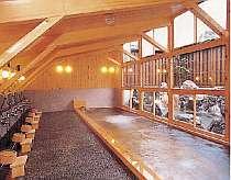 女性用大浴場、檜造り「ふよの湯」。夜の11時より男湯に替ります