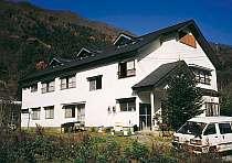 宿の前の山では夏パラが飛び、冬はスキースノボで賑わう