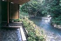 五百川と山々に面した露天風呂。夜はライトアップされる