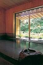 青森のヒバの香りに包まれた内風呂。湯舟は十和田石
