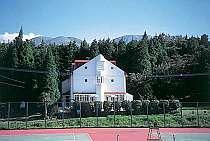 目の前にテニスコート。玄関から大観峰、久住連山が見る