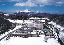 総面積439平方メートルの敷地内にはスキー場も完備。