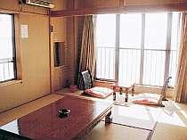 部屋は和室のみ全6室。窓の向こうは浜名湖が広がる