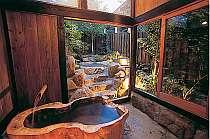 貸切湯屋「とち湯」は、かつら木の内湯と岩の露天風呂