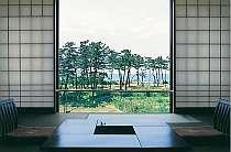 障子の奥に広がる日本海を眺めてのんびりするのも素敵。館内の至る所にある絵画やお花を楽しんで。