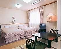 ツインのベットとお食事をしていただく、4畳の畳付の和洋室,三重県,味覚の宿 幸洋荘