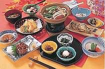 信州の味覚満載。春は山菜・夏は自家製野菜・秋は山の幸・冬は温か鍋。夕食の一例