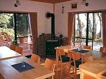 食堂(薪ストーブとウッドデッキ)