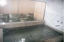 浴槽の広さは3畳。庭を見ながらの貸切風呂