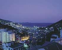 ロビーからの眺め。海と夜景を一望します