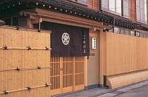 茶屋街の旧茶屋を改装した加賀格子の玄関