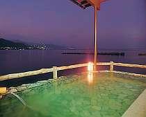 対岸の夜景も綺麗な海に浮かぶ露天風呂