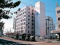 【ホテル外観】JR松山駅隣接。ホテル前を坊ちゃん電車が走ります。