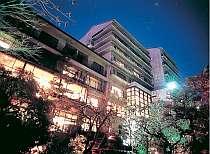 緑豊かな日本庭園「詠風庭」からみた夜の外観