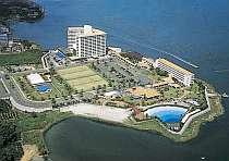 三方を湖に囲まれた敷地は、どの部屋からも湖を見ることができます。プールやてテニスコートetc。