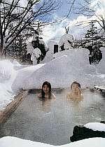 真白な雪に囲まれて入る露天風呂は格別。体の芯まで温か