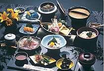 旬の季節の食材をふんだんに使った釜飯が付いたお料理