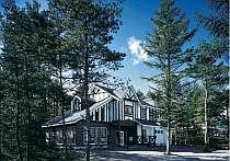 [写真]木立ちに囲れた落着いた雰囲気のムードある建物