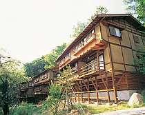 自然に囲まれ、旅情あふれる千曲川の岸の近くに建つ