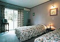 客室例。落ちついた雰囲気のツインベッドルーム