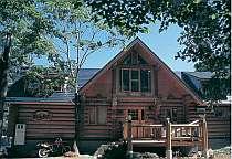 【建物外観】カナダ直輸入の本格的なログハウス。コテージも2棟有