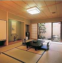 露天風呂付きの特別室。客室はどれもゆったりとしている