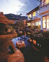 海を望むロケーションにある純和風旅館。海辺の一軒宿で癒しの時をお過ごしください